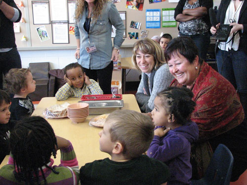 Photo of Minister of Children and Youth Services Laurel Broten and Minister of Agriculture Food and Rural Affairs Carol Mitchell have a made-in-Ontario lunch with their friends at Thomas Berry Daycare