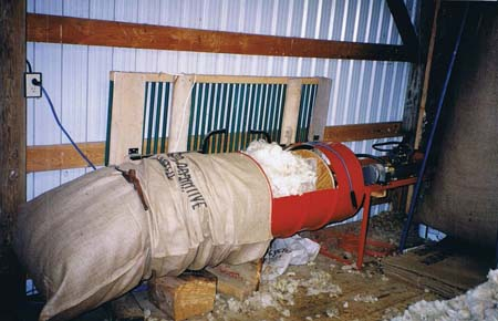 Hydraulically powered wool packer